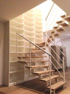 Bücherregal hinter Treppe